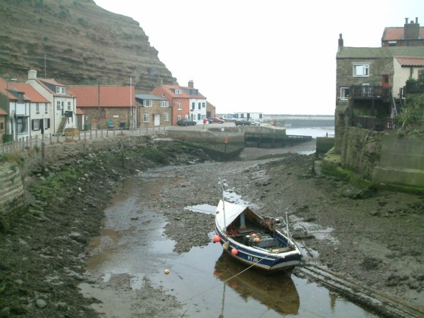 Staithes_low_water_river