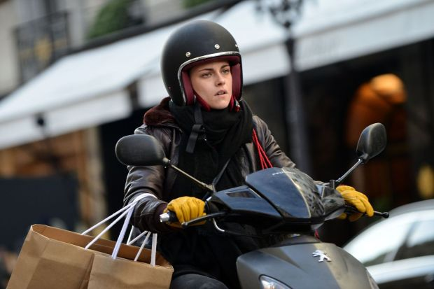 kristen-stewart-on-the-set-of-personal-shopper-_1