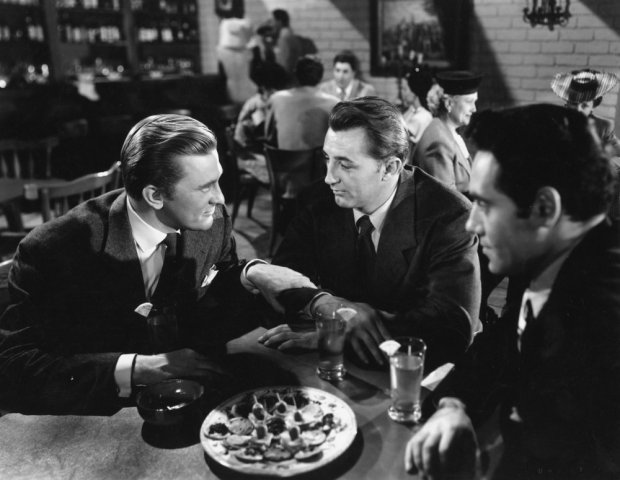 out-of-the-past-1947-003-kirk-douglas-robert-mitchum-in-bar-sit-at-the-table-00n-9j7